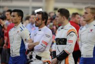 Fernando Alonso & Stoffel Vandoorne tijdens het Bahreins volkslied