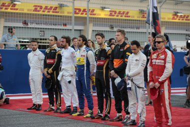 rijders tijdens volkslied GP Bahrein 2015
