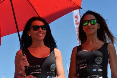 Gridgirls met paraplu