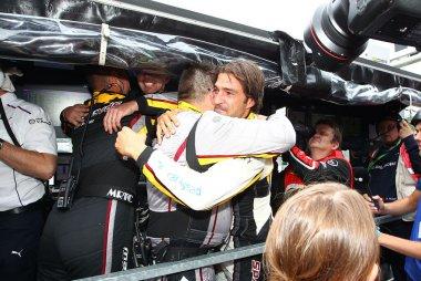 Lucas Luhr feliciteert  zijn  team na de zege in de 24 u van Francorchamps