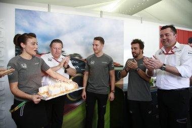 Stoffel Vandoorne krijgt verjaardagstaart van McLaren