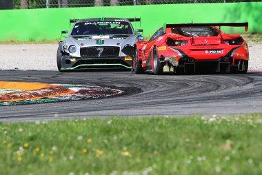 Bentley Team M-Sport vs. Kessel Racing - Bentley Continental GT3 vs. Ferrari 488 GT3