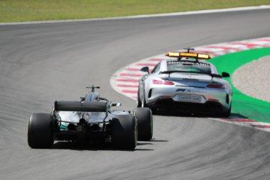 Lewis Hamilton - Mercedes achter Safety Car