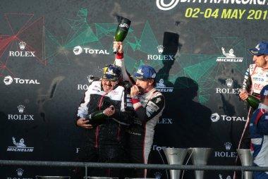 Rob Leupen en Fernando Alonso vieren