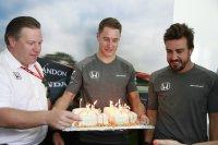 Zak Brown, Stoffel Vandoorne & Fernando Alonso rond zijn verjaardagstaart