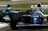 Ayrton Senna in de Williams FW16 voor de Benetton B194 van Michael Schumacher in de ronde voor het fatale ongeval