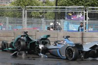 De crash van Alex Lynn en Edoardo Mortara