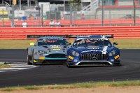 Het duel voor de leiding tussen de AKKA ASP Mercedes en de R-Motorsport Aston Martin