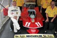 Jody Scheckter omringd door zijn mecaniciens