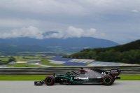 Lewis Hamilton voor lege tribunes