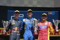 Podium race 2, vlnr Pierre Gasly, Alex Lynn en Jordan King