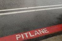 Een uitgeregende pitlane te Circuit Zolder