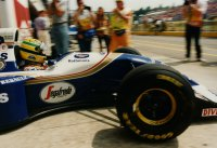 Ayrton Senna die voor de laatste maal richting de grid vertrekt