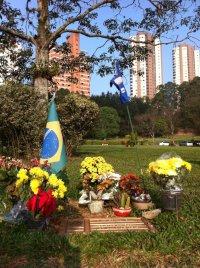 Senna's graf in Sao Paulo: nog lang niet vergeten...