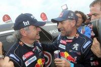 Sainz krijgt felicitaties van Peterhansel