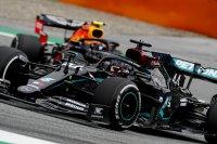 Lewis Hamilton voor Alexander Albon