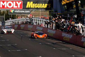 Bathurst 12H: McLaren verslaat Nissan <strong>(+ Video)</strong>