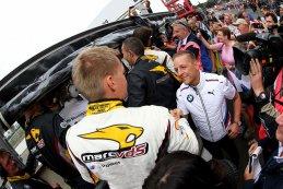 Markus Palttala ontvangt felicitaties van BMW mensen