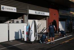 Williams F1 brengt markeringen aan voor de box van Valtteri Bottas