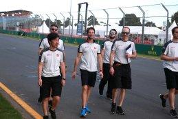 Romain Grosjean on trackwalk met zijn team in Melbourne