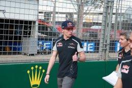 Max Verstappen doet een trackwalk in Melbourne