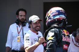 Fernando Alonso feliciteert Max Verstappen na diens  eerste  zege Spanje 2016