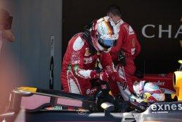 Vettel feliciteert Max Verstappen bij diens  eerste  zege