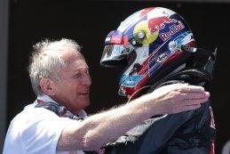 Helmut Marko feliciteert Max Verstappen voor zijn  eerste  zege  in de F1