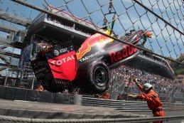 beschadigde Red Bull van Max Verstappen wordt omhoog gehesen