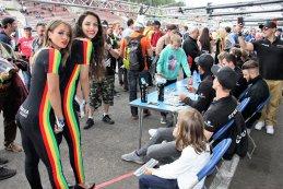 Strakka Racing girls tijdens signeersessie