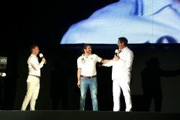 Toyota-dokter Bruno Franceschini (m.) kreeg een trofee voor verdienstelijkheid