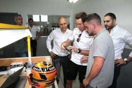 Stoffel Vandoorne op bezoek bij Bell Bahrein