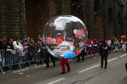 Beelden van de parade en het vrouwelijk schoon