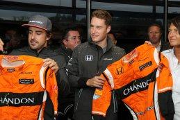 Alonso en Vandoorne ontvangen van Sparco hun oranje overall