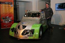 Wim Heroes bij de zusterwagen van Heroes Concepts