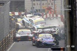 De crash tijdens de kwalificatierace waarbij 12 auto's werden uitgeschakeld