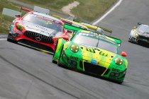 24h Nürburgring: Manthey Porsche wint na eindsprint met Black Falcon Mercedes