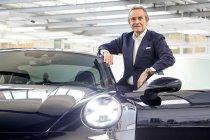"""Jacky Ickx ontvangt """"zijn"""" speciale editie Porsche 992 (+Video)"""