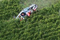 Video: Thierry Neuville crasht bijna op traktor