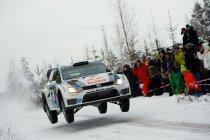 Ogier (VW Polo R WRC) rijdt tegenstand op een hoopje